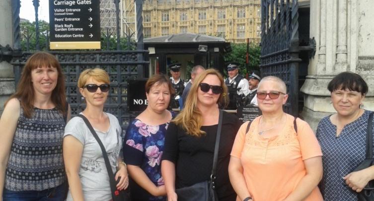 Nauczycielki Gimnazjum nr 1 im. Henryka Sienkiewicza w Barcinie uczestniczące w wyjeździe językowo-metodycznym przed Houses of Parliament w Londynie