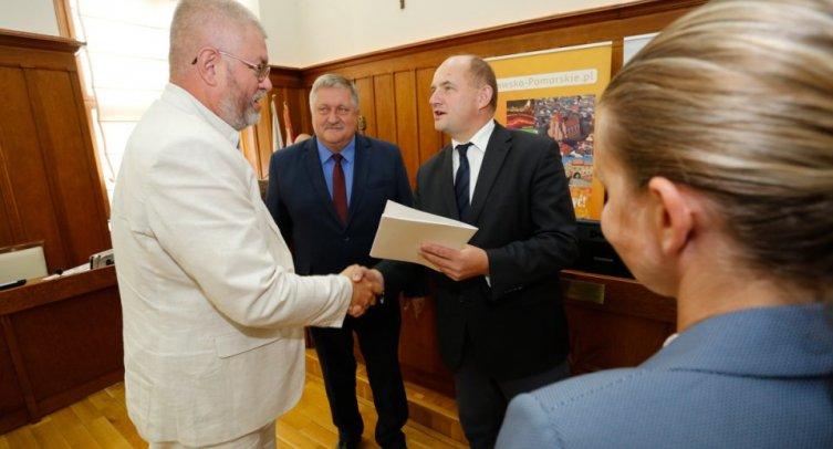 Wręczenie umowy fot. Mikołaj Kuras, Urząd Marszałkowski Województwa Kujawsko-Pomorskiego