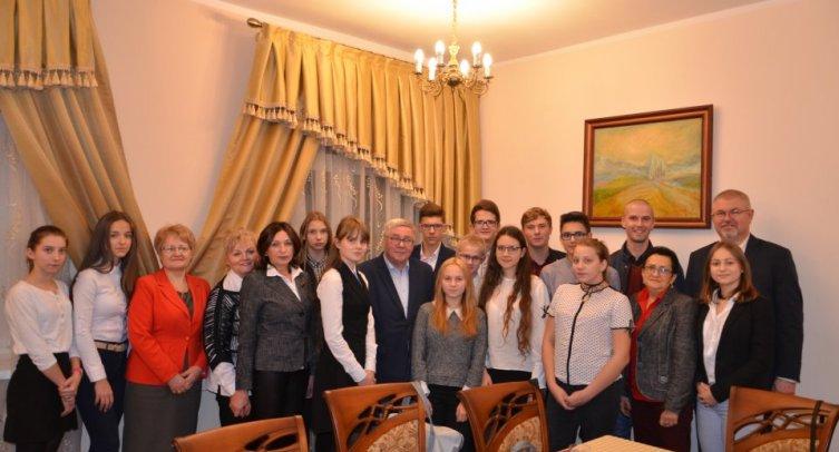 Uczestnicy i goście I sesji Młodzieżowej Rady Gminy Barcin II kadencji 2017 – 2019 - fot. Waldemar Dolata