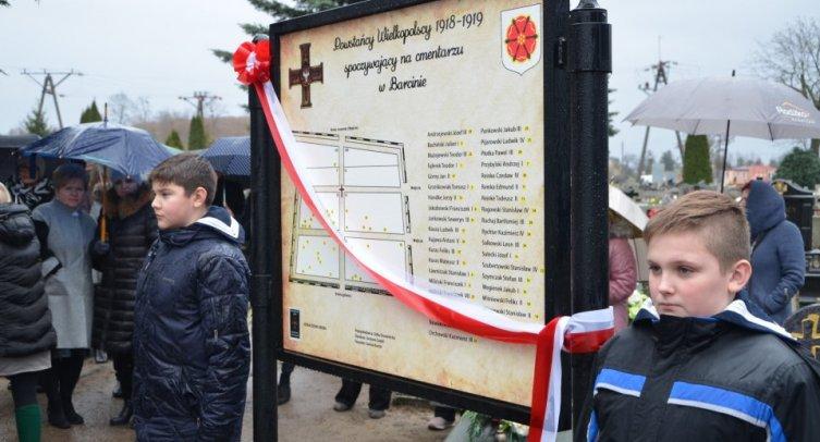Tablica informacyjna na cmentarzu parafialnym w Barcinie - fot. Grzegorz Smoliński