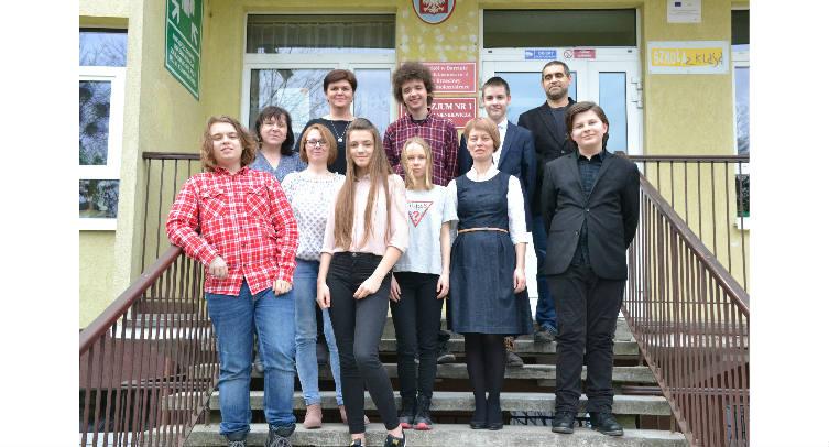 Uzdolnieni uczniowie Zespołu Szkół w Barcinie z opiekunami