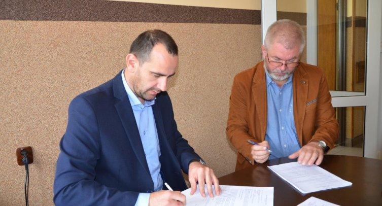 Dyrektor Oddziału Poznań Piotr Grocholewski i Burmistrz Barcina Michał Pęziak – fot. Grzegorz Smoliński