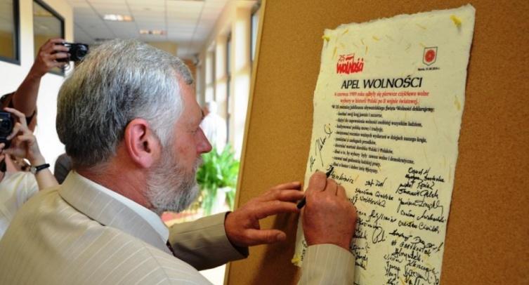 Jan Warjan podpisuje apel wolności - fot. Grzegorz Smoliński